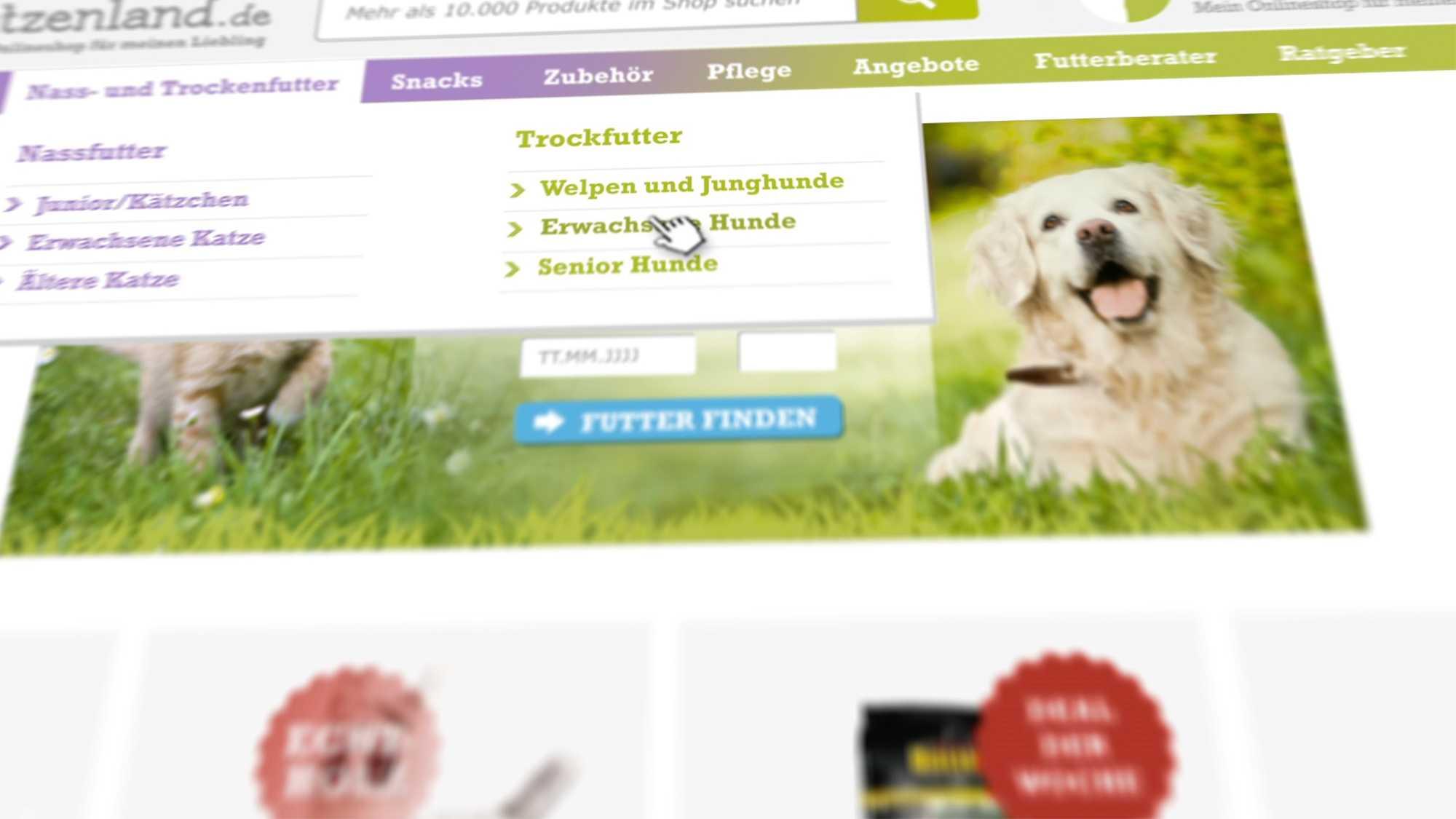 Das Bild zeigt die Webseite Hundekatzenland.de. Man sieht die Homepage, ein Hund liegt im grünen Gras und über ihm kann man an einem Slider verschiedene Menüpunkte auswählen. Das Bild dient als Making Of Bild für den Portfolioeintrag Hundeland Katzenland von Panda Pictures.