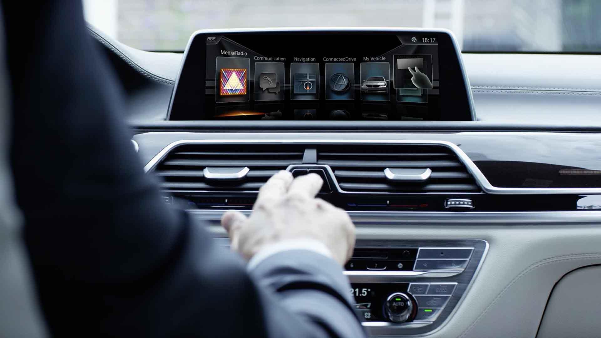 Das Bild zeigt die Mittelkonsole eines Autos. Eine Hand fässt die Lüftung des Autos an. Auf einem Monitor, der auf der oberen Seite der Mittelkonsole angebracht ist, sieht man eine Auswahl an verschiedenen Modi. Das Bild dient als Making Of Bild für den Portfolioeintrag BMW Connected Drive Schweigefuchs von Panda Pictures.