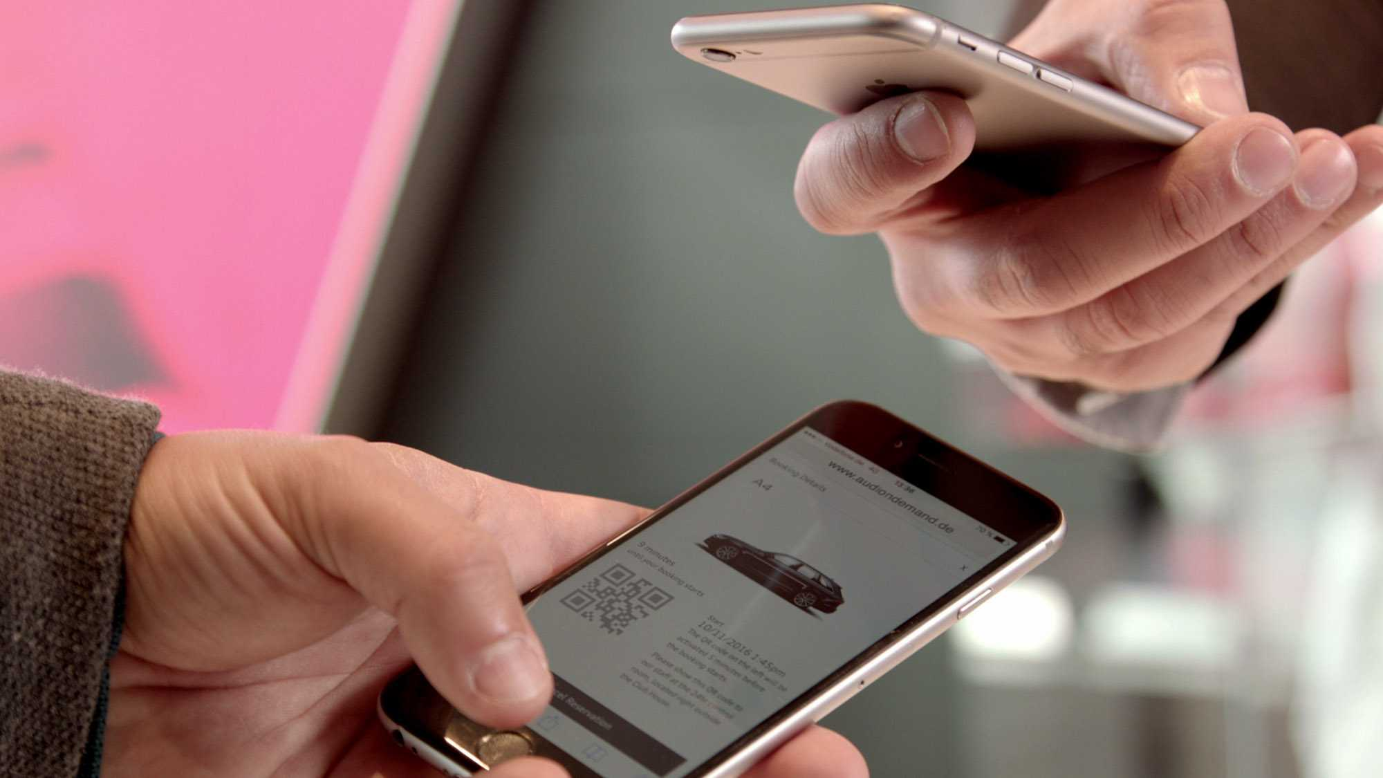 Das Bild zeigt zwei Handys die in Händen gehalten werden. Das untere Handy zeigt eine Homepage von Audi. Auf dieser sieht man einen Audi. Von dem anderen Handy ist nur die Rückseite zu erkennen. Das Bild dient als Sliderbild für den Portfolioeintrag Audi on demand – Launchfilm von Panda Pictures.
