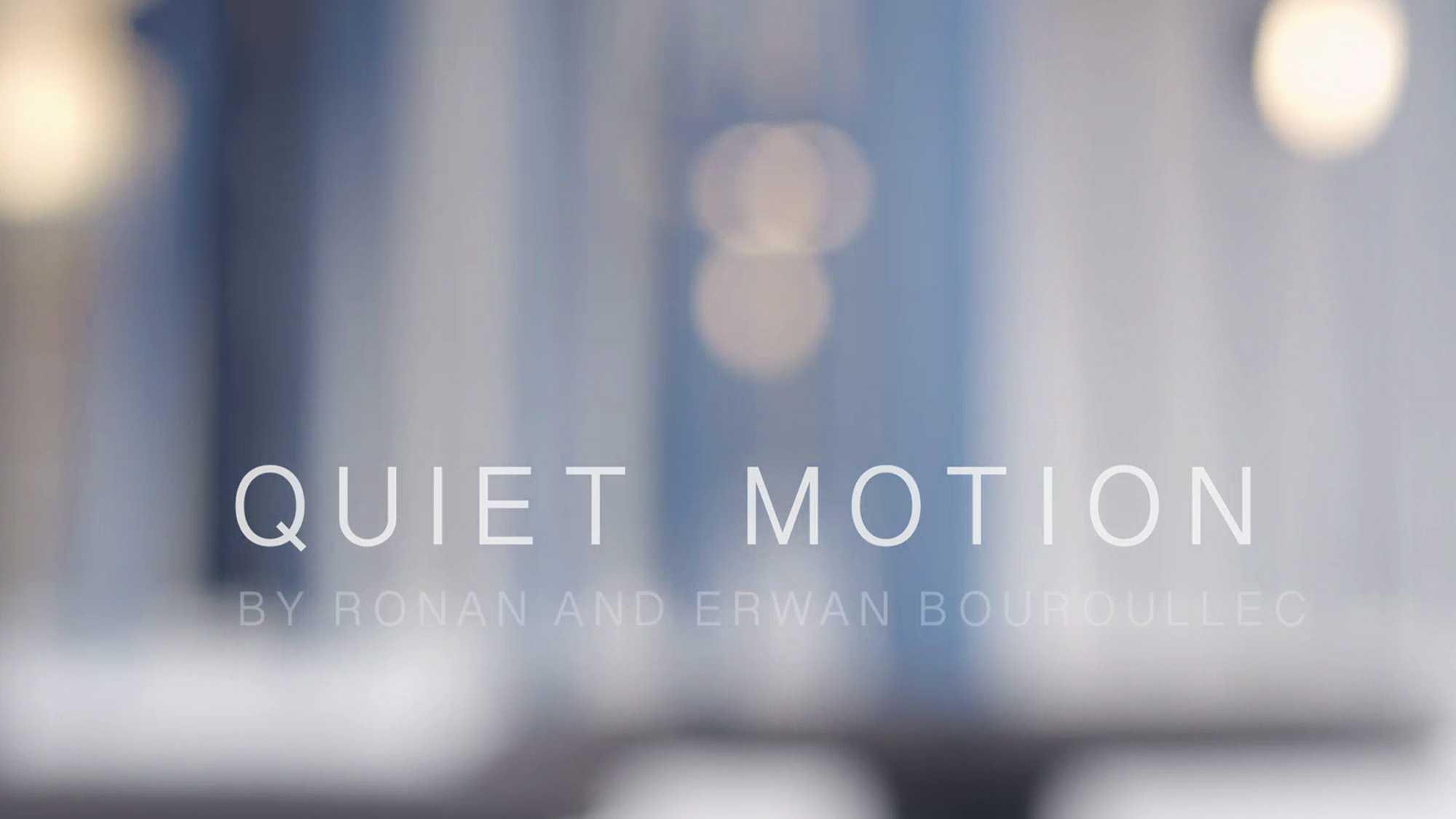 """Das Bild zeigt einen blau-weißen Hintergrund. Er ist nur verschwommen erkennbar. In der Mitte ist ein animierter Text eingebettet. Zu lesen sind die Worte """"Quiet Motion"""". Das Bild dient als Sliderbild für den Portfolioeintrag BMW Quiet Motion von Panda Pictures."""
