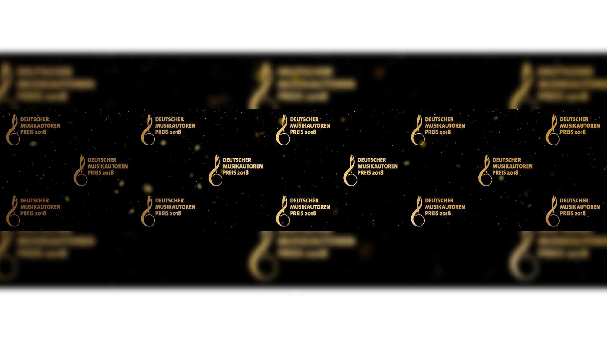 """Das Bild zeigt ein goldenes Logo diverse Male. Es ist auf einen schwarzen Hintergrund gelegt. Das Logo ist eine Musiknote neben der der Text """"Deutscher Musikautorenpreis"""" steht. Das Bild dient als Sliderbild für den Portfolioeintrag """"GEMA – Deutscher Musikautorenpreis"""" von Panda Pictures."""