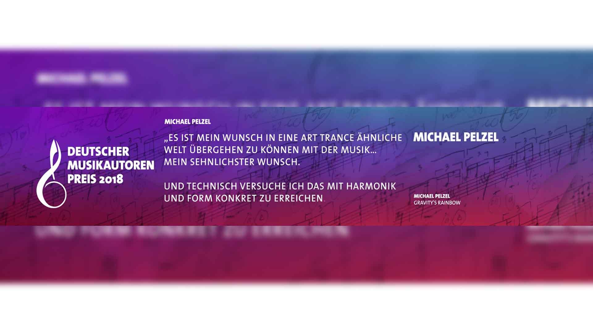 Zu sehen ist ein Banner. Er trägt die Farbe blau-rot-lila. Auf dem Banner ist in weißer Schrift das Logo des Deutschen Musikautorenpreis 2018 zu sehen. Es ist links angebracht. Die Mitte ziert ein Zitat von Michael Pelzel, sein Name steht links. Das Bild dient als Sliderbild für den Portfolioeintrag GEMA – Deutscher Musikautorenpreis von Panda Pictures.