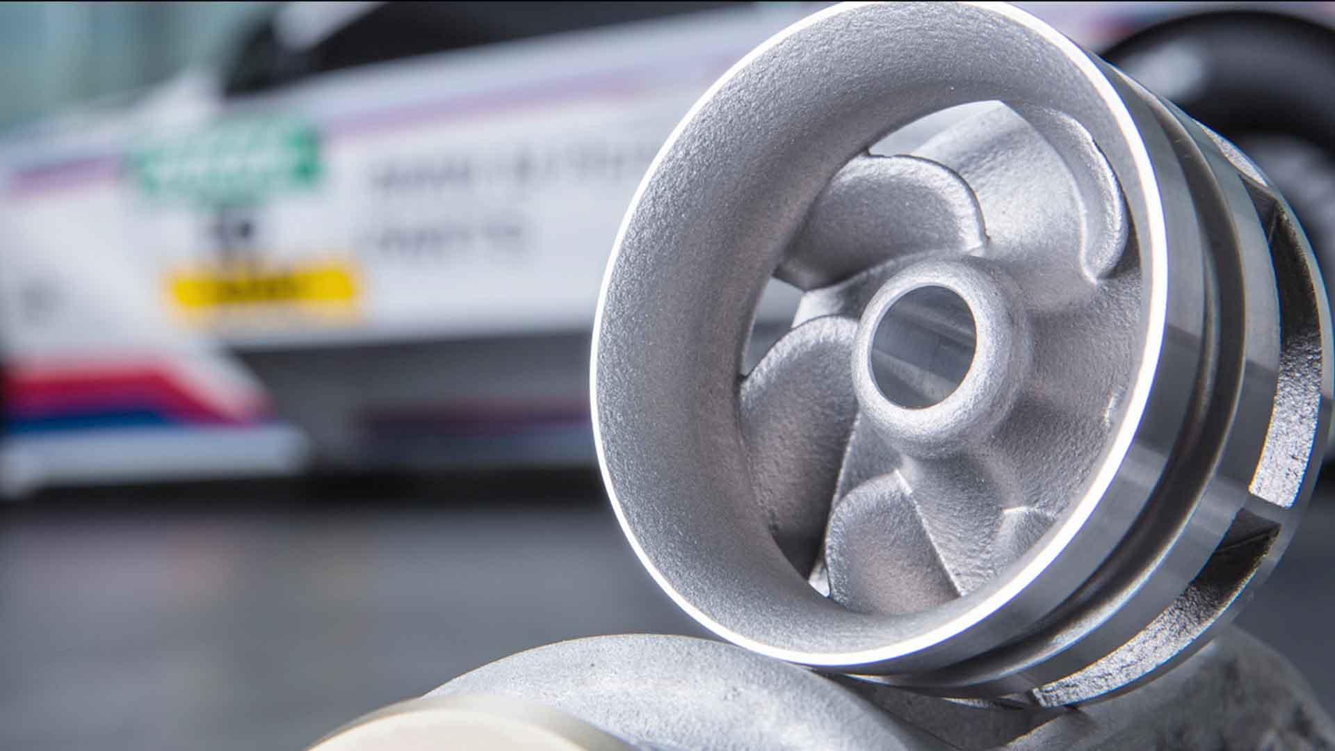 Das Bild zeigt einen 3D Druck. Es ist ein Gewinde. Der Hintergrund ist verschwommen. Er zeigt ein Auto. Das Bild dient als Sliderbild für den Portfolioeintrag BMW Group – 3D Druck/Additive Manufacturing Campus von Panda Pictures.