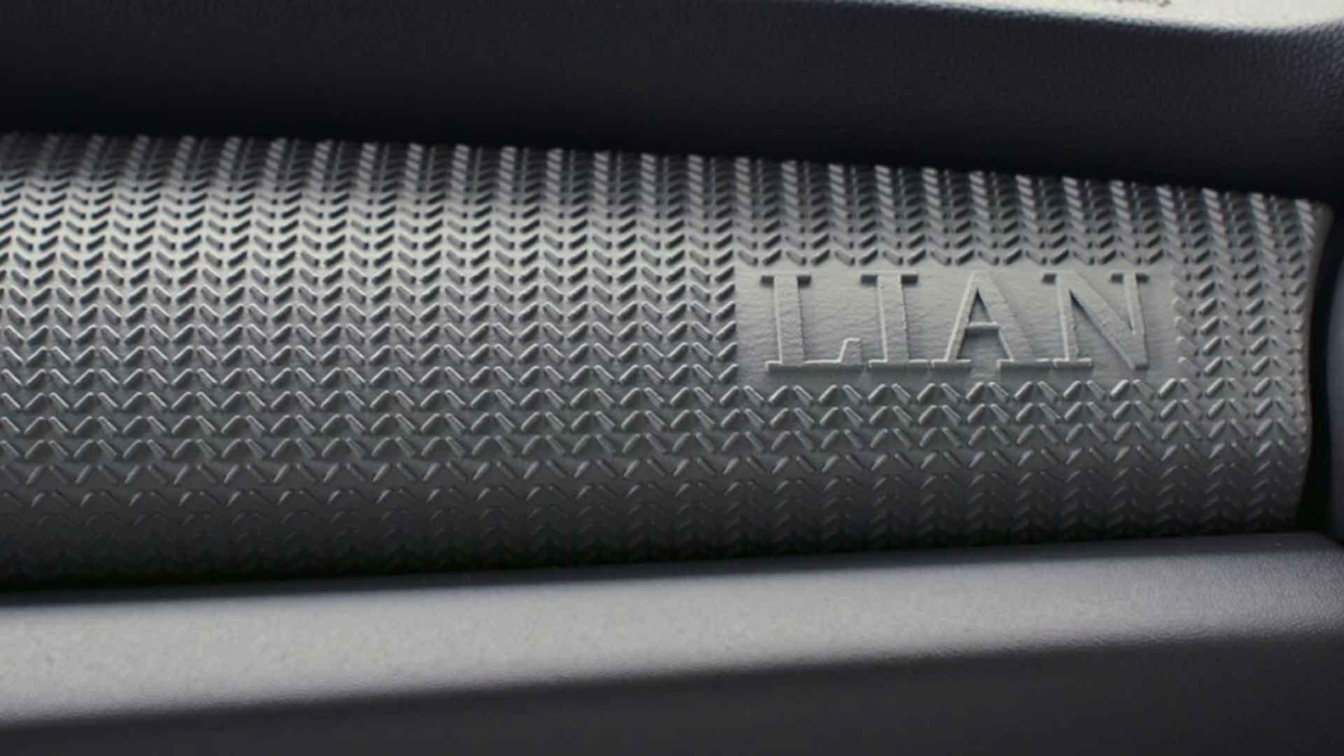 Zu sehen ist ein grauer Part. Dieser gehört zu einem Auto. Auf ihm ist ein Wort graviert. Dieses Wort ist LIAN. Das Bild dient als Sliderbild des Portfolioeintrags BMW Group – 3D Druck/Additive Manufacturing Campus von Panda Pictures.