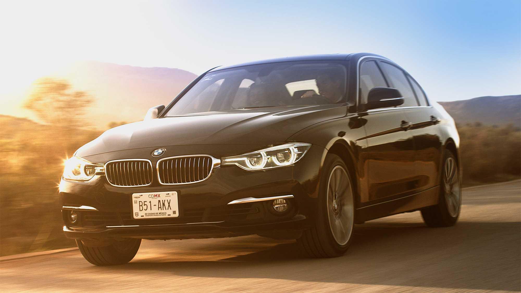 Das Bild zeigt einen schwarzen BMW. Er fährt auf einer Straße. Man sieht die Frontansicht. Das Bild dient als Sliderbild für den Portfolioeintrag BMW Plant San Luis Potosí Mexico von Panda Pictures.