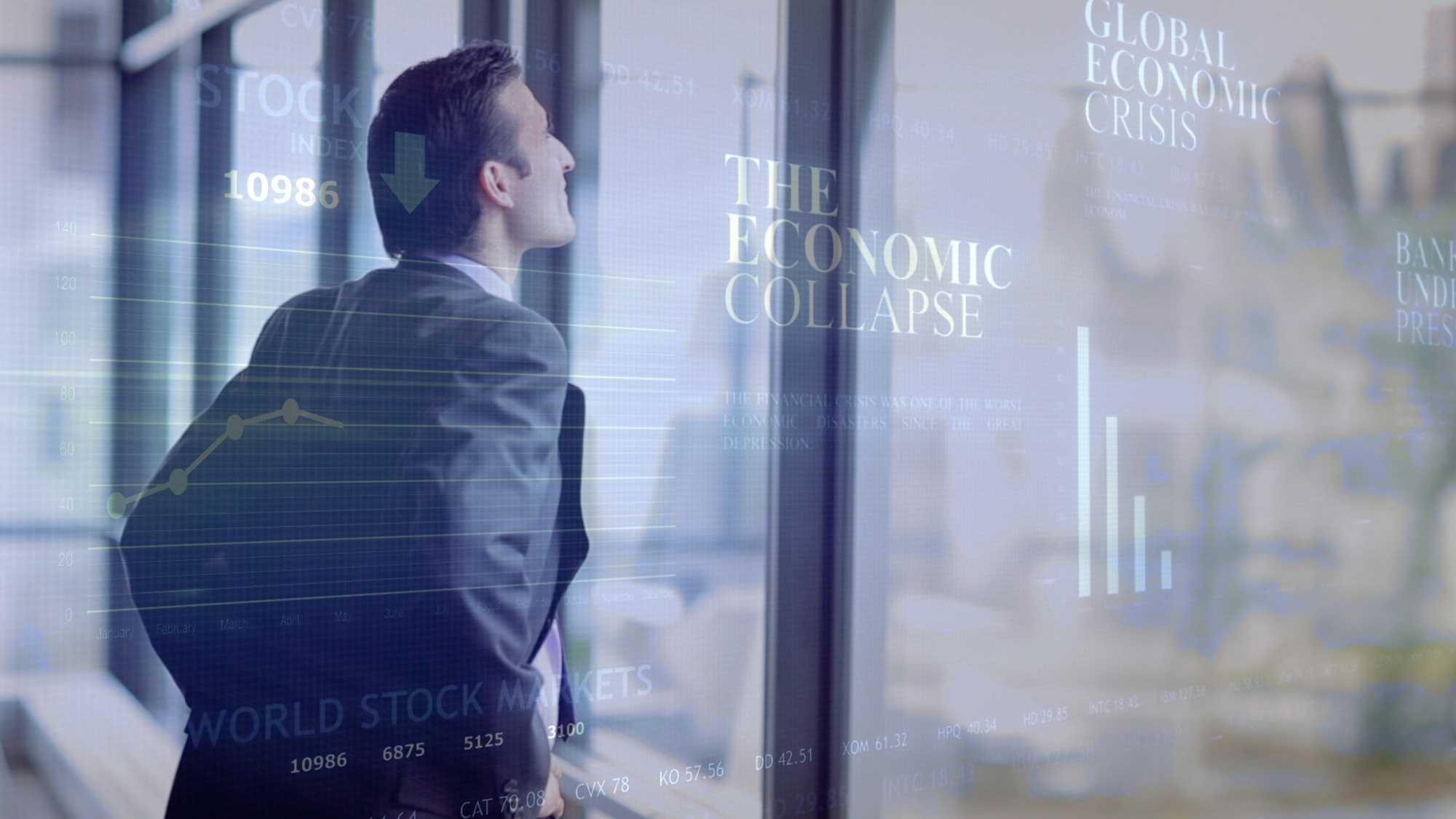 """Das Bild zeigt einen Mann der einen Anzug trägt. Er steht vor einem Fenster und stemmt die Hände in die Hüften. Er schaut hinaus. Neben ihm ist eine Animation zu sehen, die Worte """"The economic colapse"""" sind zu lesen. Das Bild dient als Sliderbild für den Portfolioeintrag H1 Fond von Panda Pictures."""