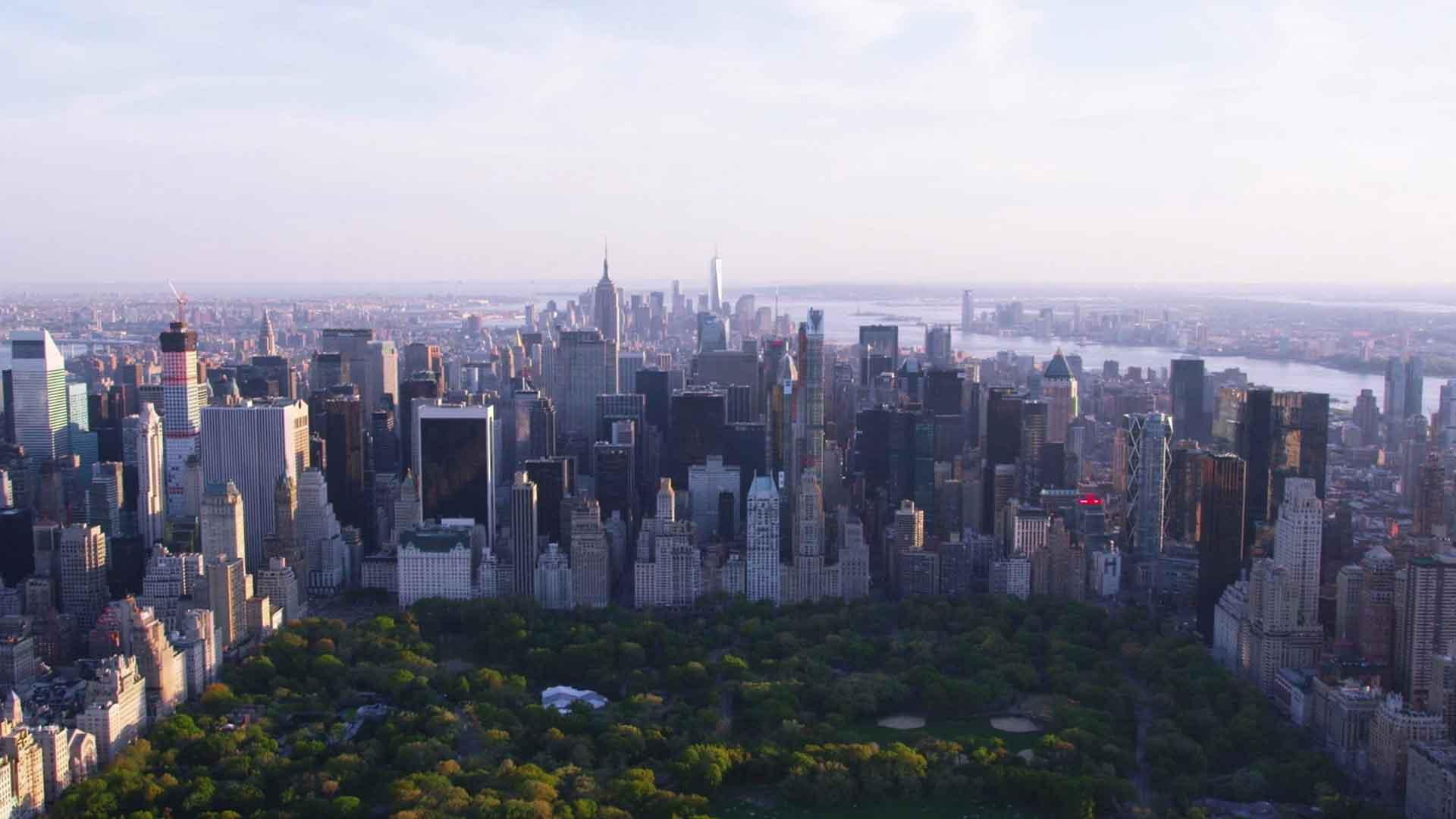 Das Bild zeigt eine Skyline. Es ist die Skyline von New York. Im Vordergrund sieht man den Central Park. Das Bild dient als Sliderbild für den Portfolioeintrag Engel und Völkers Recruitingfilm von Panda Pictures.