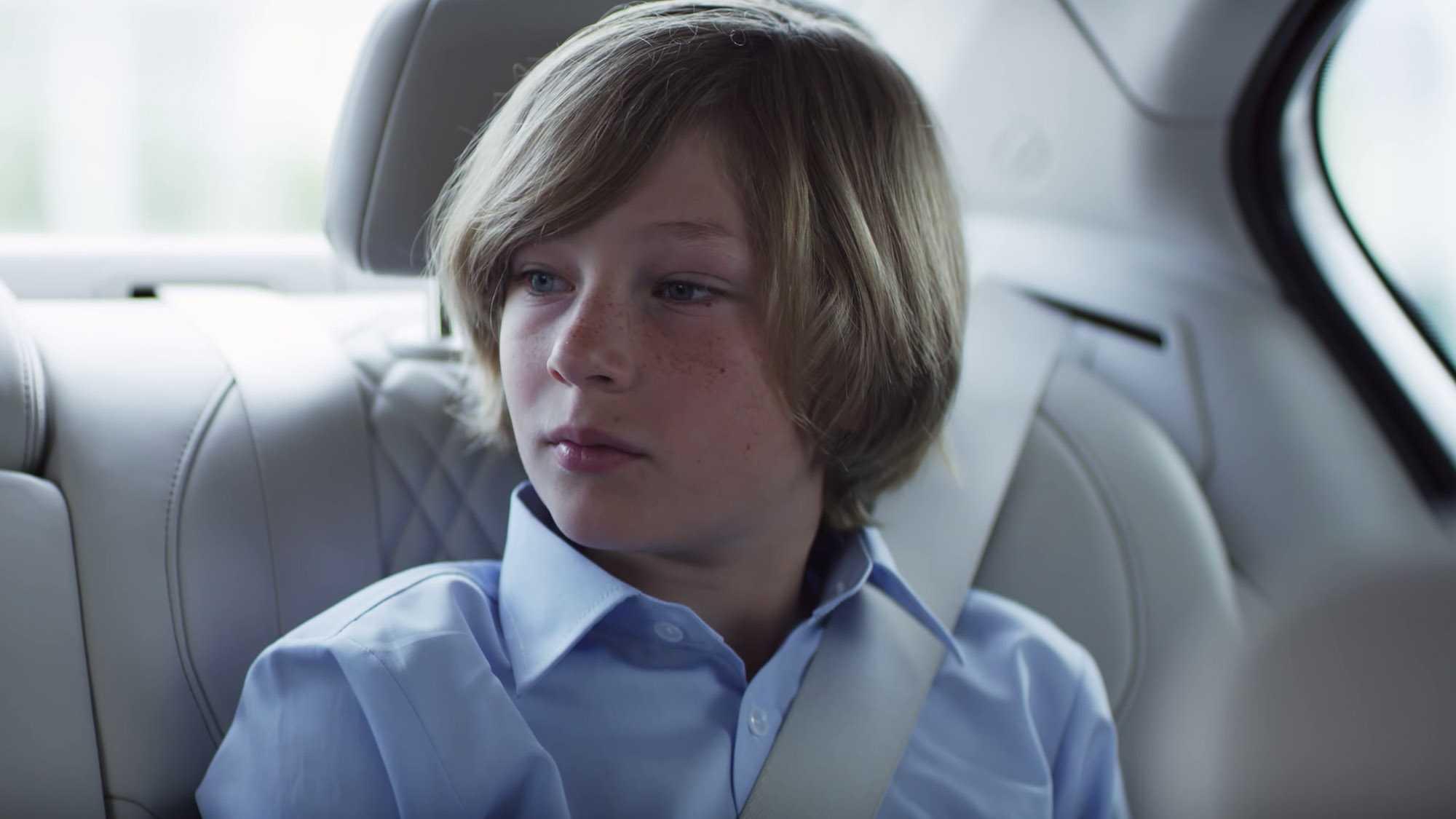 Das Bild zeigt einen kleinen Jungen, der auf der Rückbank eines Wagens sitzt. Er hat ein blaues Hemd an und man sieht den Gurt. Das Bild dient als Sliderbild für den Portfolioeintrag BMW Connected Drive Rivalitätskampf von Panda Pictures.
