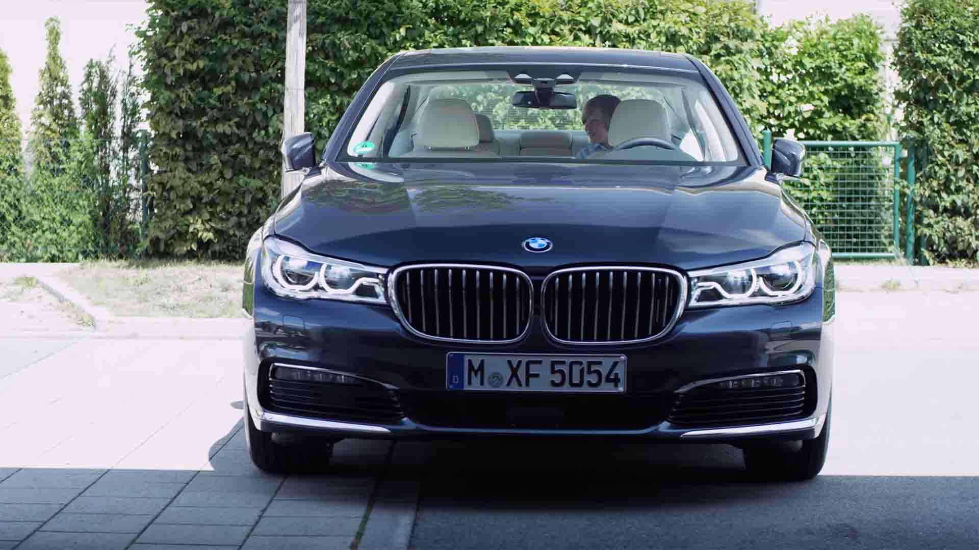 Das Bild zeigt einen blauen BMW. Dieser steht geparkt auf einer Straße. Dahinter sind Büsche zu erkennen. Das Bild dient als Sliderbild für den Portfolioeintrag BMW Connected Drive Rivalitätskampf von Panda Pictures.