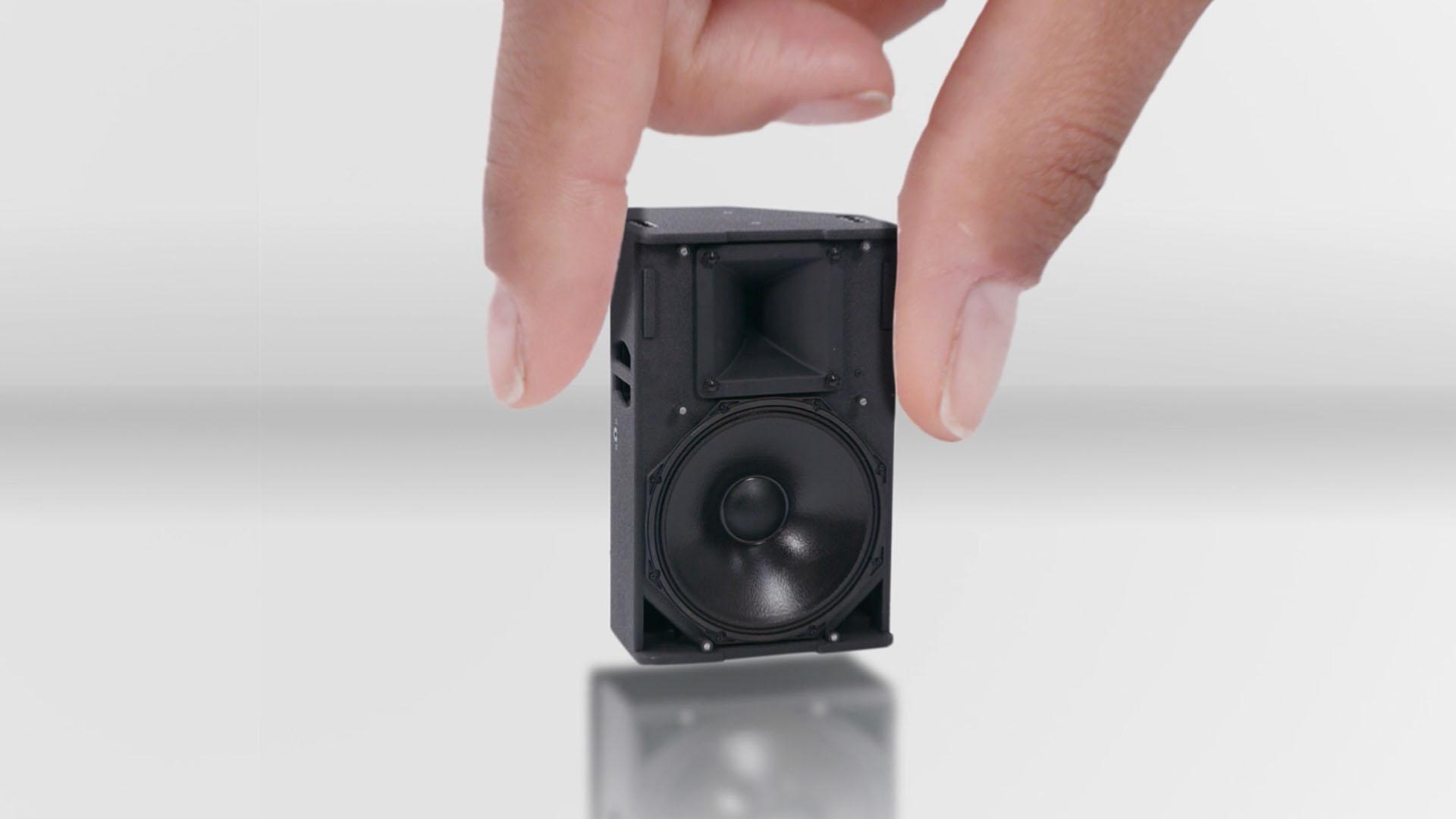 Das Bild zeigt eine schwarze Musikbox die sehr klein ist. Sie steht auf einem weißen Hintergrund. Zwei Finger halten die Box fest. Das Bild dient als Sliderbild für den Portfolioeintrag Ohropax OTC Kampagne von Panda Pictures.