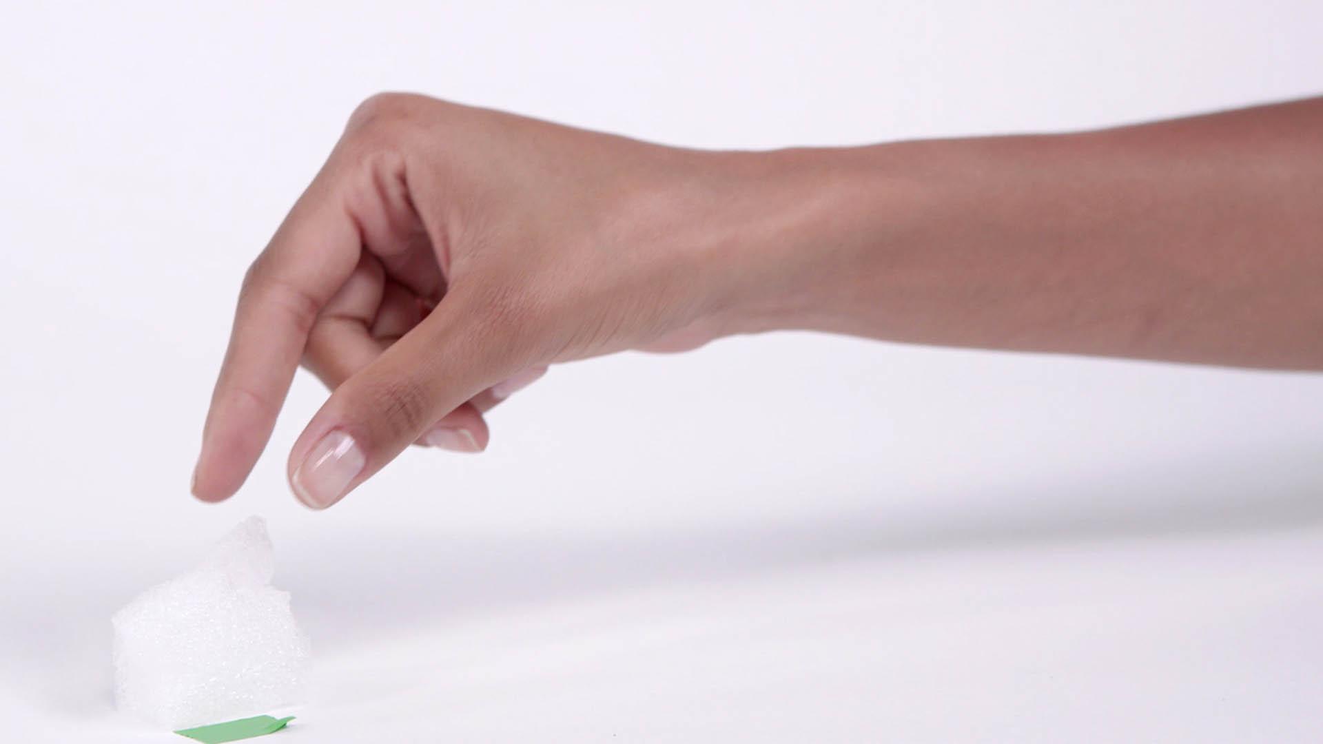 Das Bild zeigt einen Arm. Dieser Arm greift mit seiner Hand auf die linke Seite des Bildes. Dort liegt ein Schaumhaufen. Das Bild dient als Sliderbild für den Portfolioeintrag Ohropax OTC Kampagne von Panda Pictures.