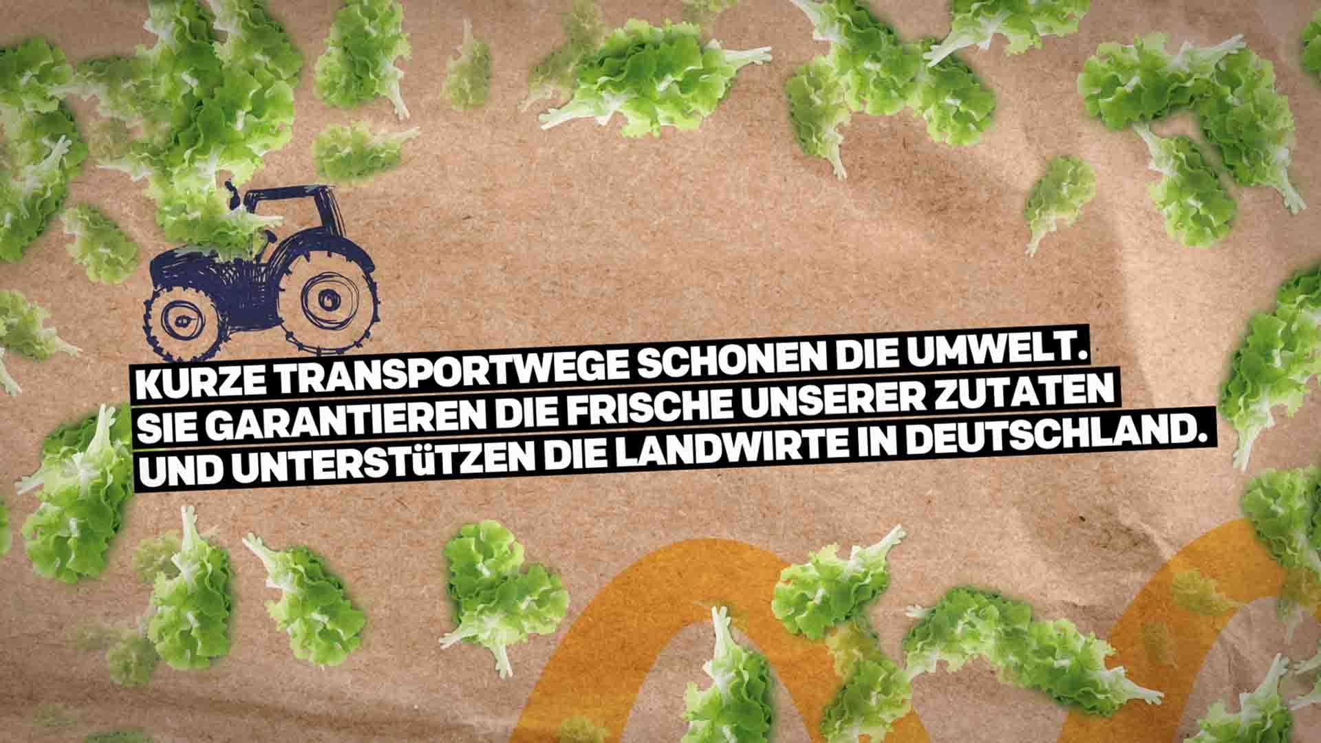Das Bild zeigt einen braunen Hintergrund. Auf diesem liegen einige Blätter eines Salates verstreut. Die Mitte des Bildes ist durch einen gezeichneten, animierten Traktor geschmückt. Ebenfalls sind Textpassagen zu sehen. Das Bild dient als Sliderbild für den Portfolioeintrag McDonald's Nachhaltigkeits Erklärfilme von Panda Pictures.