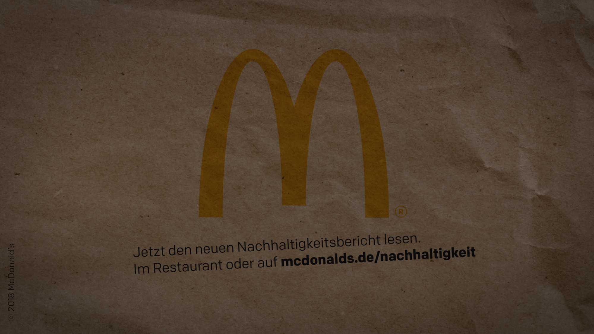 Das Bild zeigt einen braunen Hintergrund auf dem man ein M sieht. Dieses M ist das M des McDonalds Logos. Unter dem M ist ein Text mit animiert worden. Das Bild dient als verdunkeltes Titelbild für den Portfolioeintrag McDonald's Nachhaltigkeits Erklärfilme von Panda Pictures.