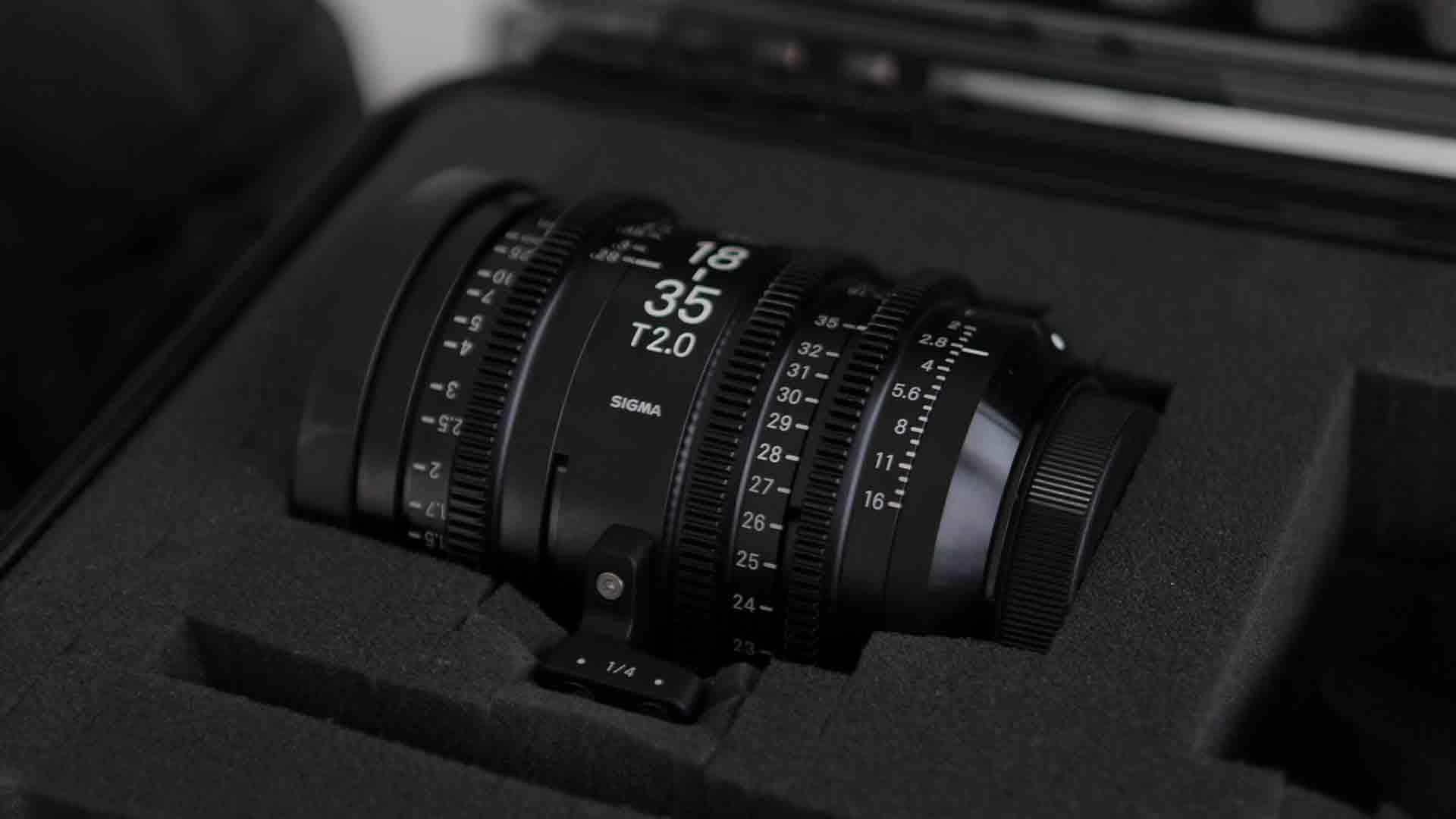Das Bild zeigt ein Kameraobjektiv. Auf dem Kameraobjektiv sind die Worte Sigma und verschiedene Zahlen eingraviert. Das Objektiv liegt in einer Schaumstoffhalterung. Diese befindet sich in einem Koffer. Das Bild dient als Sliderbild für den Portfolioeintrag 3Dconnexion SpaceMouse von Panda Pictures.