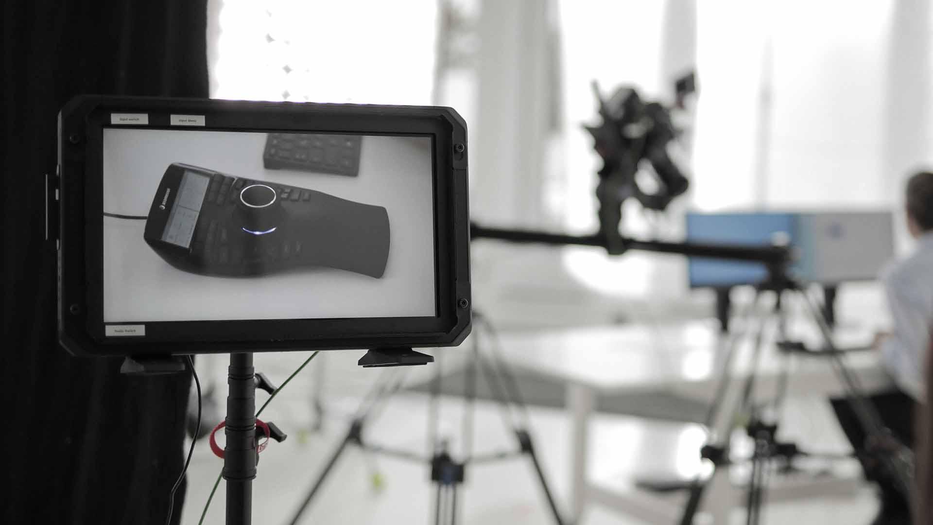 Das Bild zeigt einen Bildschirm. Auf diesem Bildschirm wird das Bild übertragen, das eine Kamera während eines Drehs einfängt. Der Hintergrund des Bildes ist unkenntlich gemacht, da er verschwommen ist. Nur der Bildschirm ist scharf gestellt. Das Bild dient als Sliderbild für den Portfolioeintrag 3Dconnexion SpaceMouse von Panda Pictures.