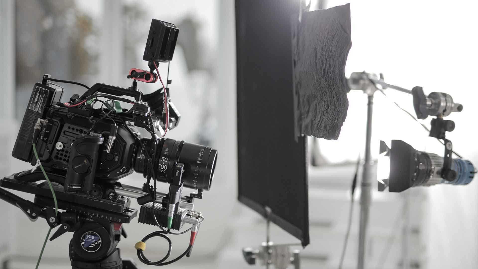 Das Bild zeigt eine Kamera, ein Licht und eine schwarze Abdeckung in Form einer Leinwand. Die Kamera ist auf der linken Seite des Bildes platziert. Das Licht befindet sich auf der rechten Seite des Bildes und leuchtet in Richtung der Kamera. Zwischen beiden steht die schwarze Abdeckung. Das Bild dient als Sliderbild für den Portfolioeintrag 3Dconnexion SpaceMouse von Panda Pictures.