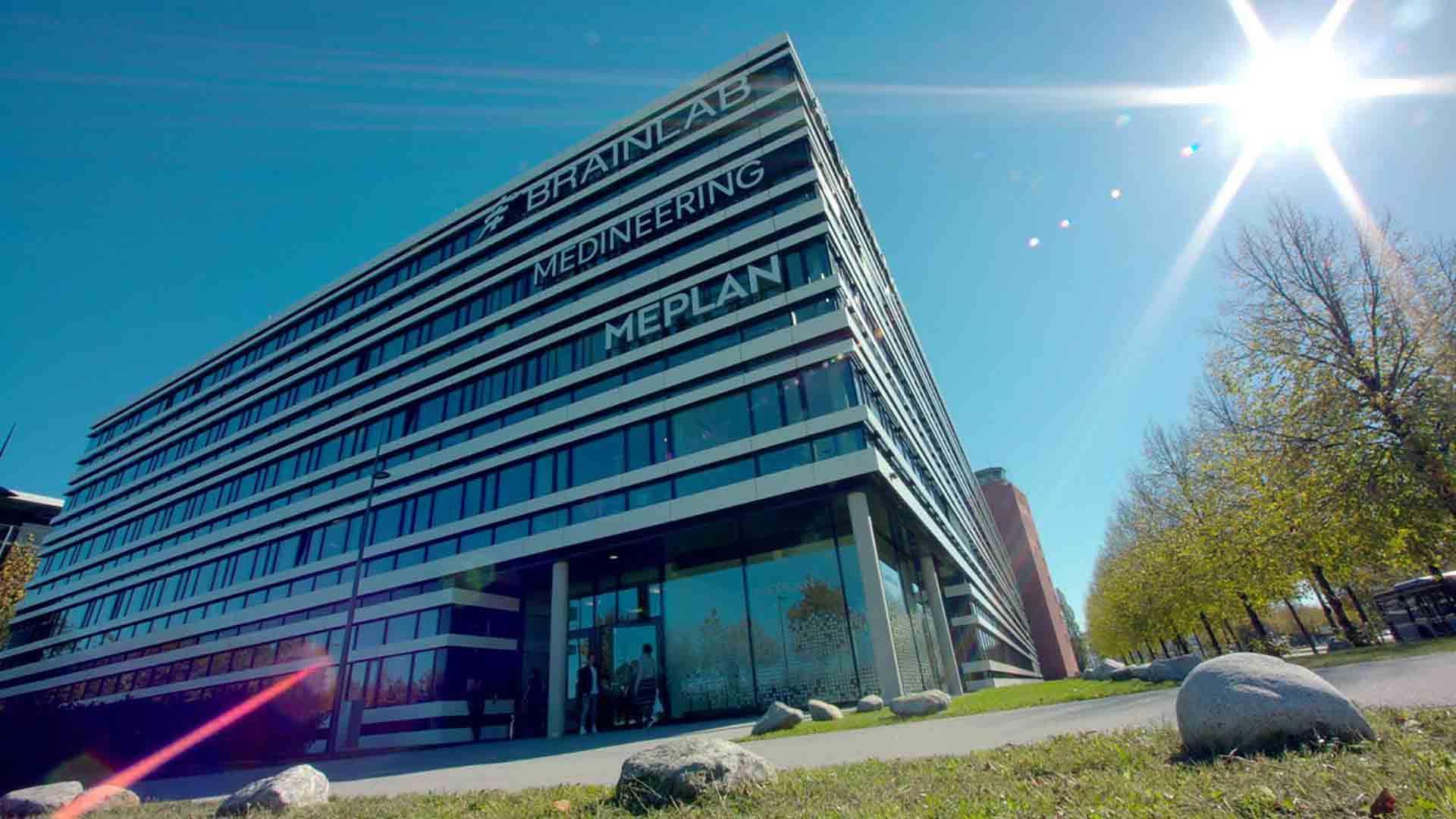 Das Bild zeigt ein Gebäude. Dieses Gebäude besteht aus vielen Glasfenstern. In der rechten Ecke des Bildes sieht man die Sonne scheinen. Das Bild dient als Sliderbild für den Portfolioeintrag Bayrisches Staatsministerium - Innovationspreis Bayern von Panda Pictures.