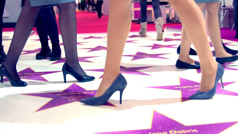 Das Bild zeigt einen weißen Teppich mit Lianen Sternen. Auf ihm laufen viele verschiedene Frauen Beine umher. Alle tragen eine Strumpfhose und hohe Schuhe. Das Bild dient als Making Of Bild für den Portfolioeintrag Reviderm Beauty Days von Panda Pictures.