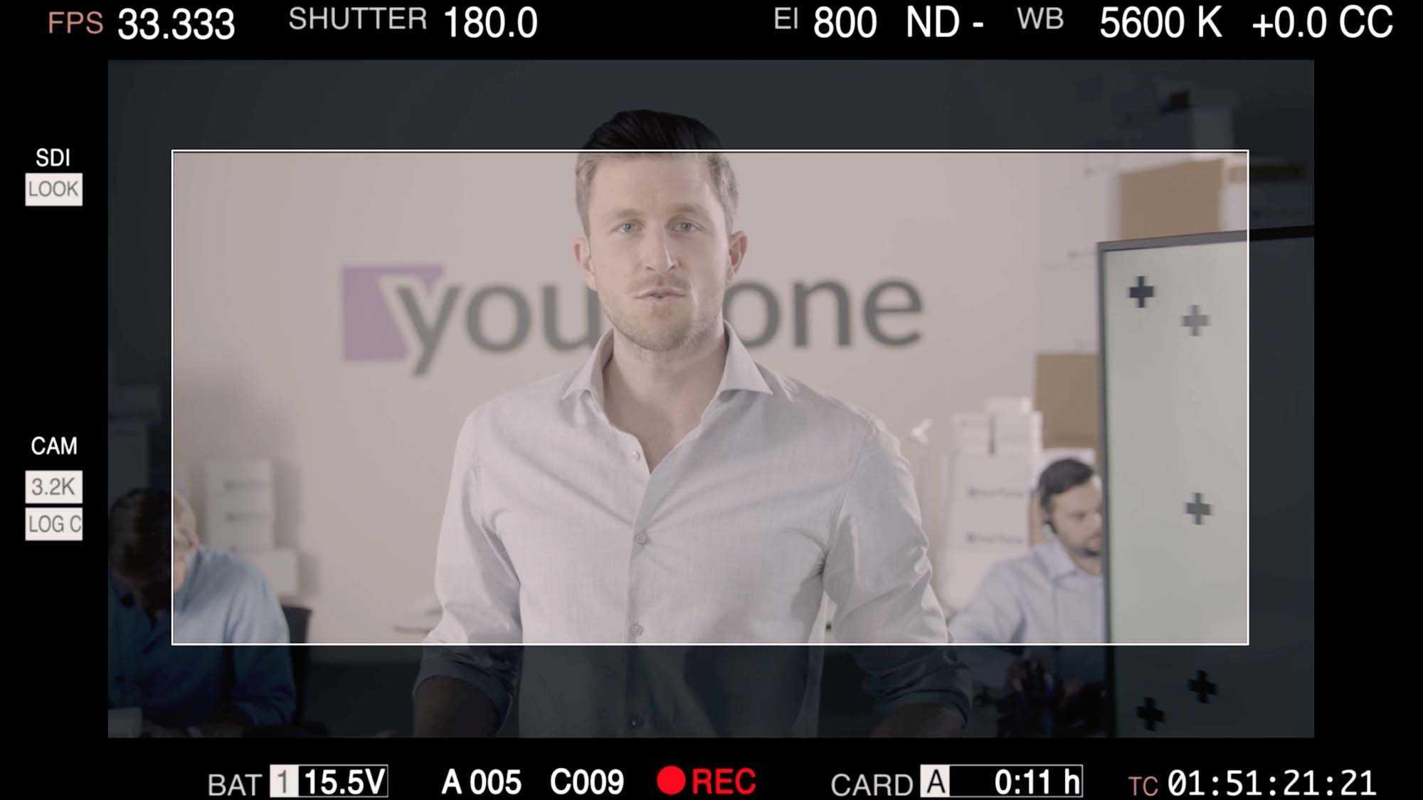 Das Bild zeigt einen Monitor. Auf dem Monitor sieht man einen Mann in einem Hemd. Er spricht. Der Monitor ist der Übertragungsbildschirm einer Kamera. Das Bild dient als Sliderbild für den Portfolioeintrag Yourfone - DRTV Spot von Panda Pictures.