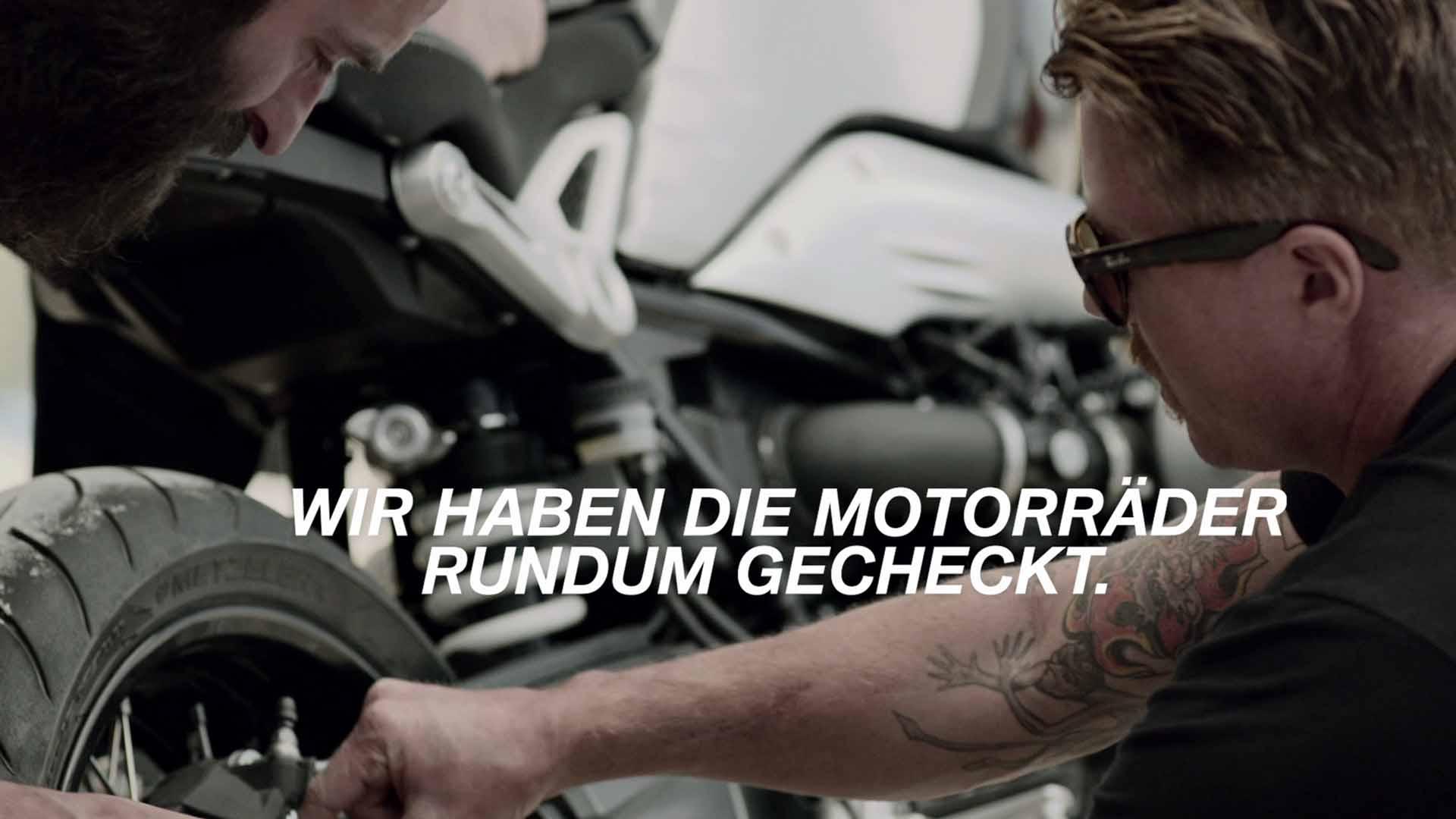Das Bild zeigt zwei Männer, die dabei sind ein Motorrad auf seine Qualität zu überprüfen. Der Vordergrund weist eine Textanimation auf. Das Bild dient als Slider Bild wurde für den Portfolioeintrag BMW - Checked to enjoy von Panda Pictures.